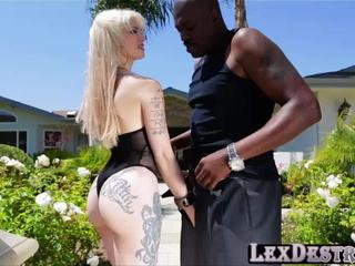 Blondie and super hot Indigo Augustine gets fucked by Lexington