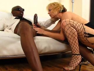 Housewife enjoys cocksucking & sex