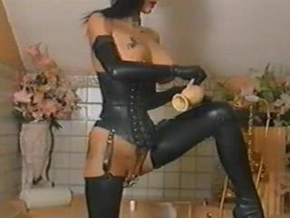Fetish pierced chick in latex oiling herself